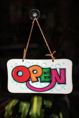 Gekleurde tekst 'open'
